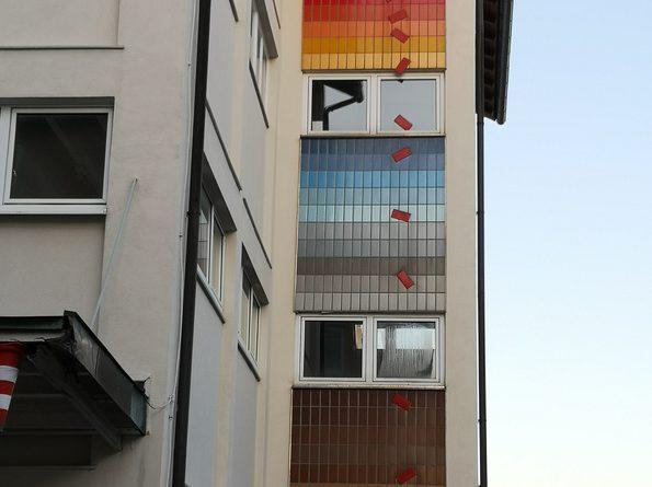 Fliesenkunst an Fassade